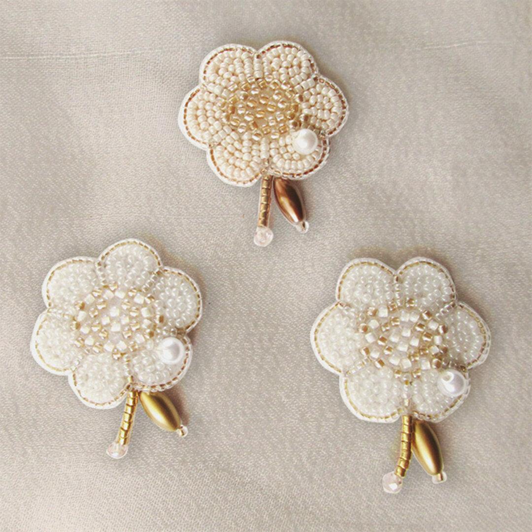 すこし横長の6枚花ビーズ刺繍ブローチ オフホワイト/アイボリー