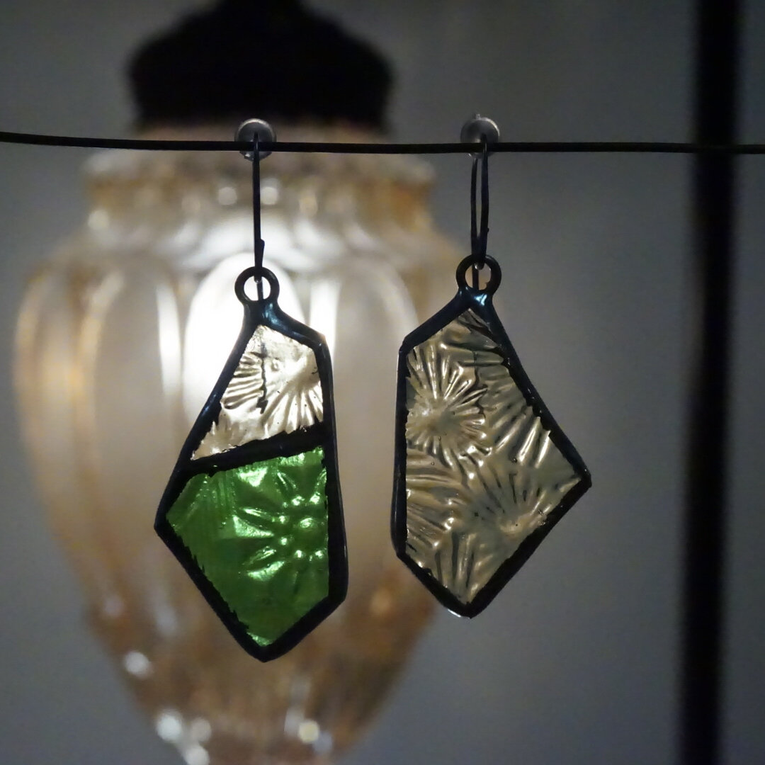 レトログリーンと花模様のアシンメガラスピアス ステンドグラス