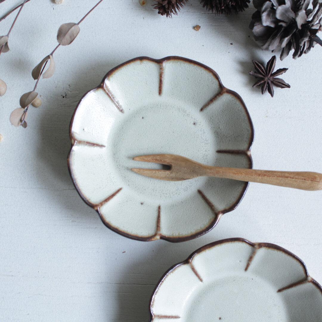 豆皿 花 やさしい雰囲気の白マット系