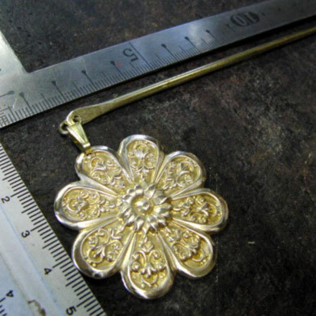 真鍮ブラス製 菊の家紋調デザイン簪/かんざし 着物や浴衣の髪飾りや帯飾り根付・ペンダントトップに