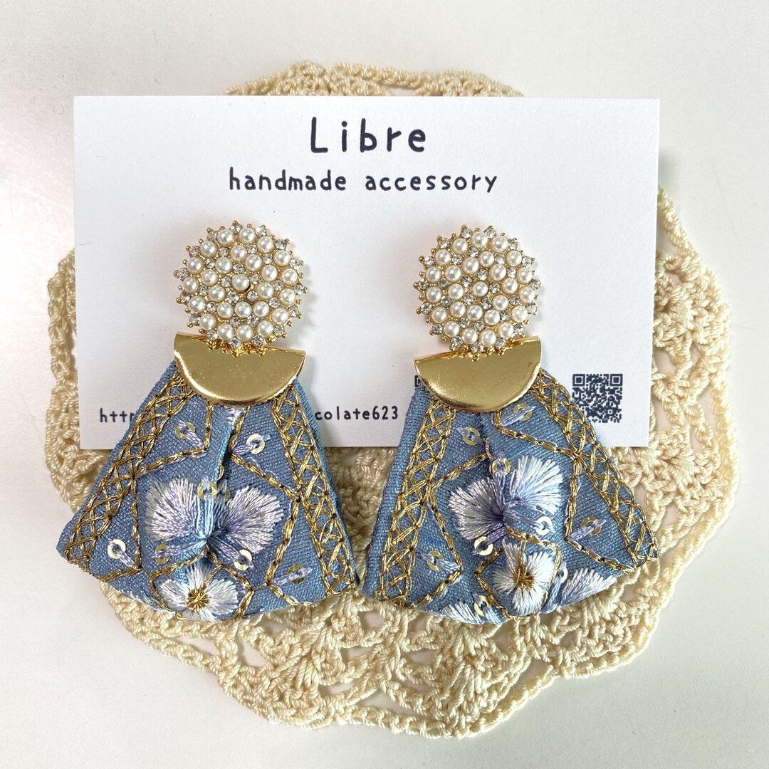パールカボションのブルーグレー刺繍リボンピアス