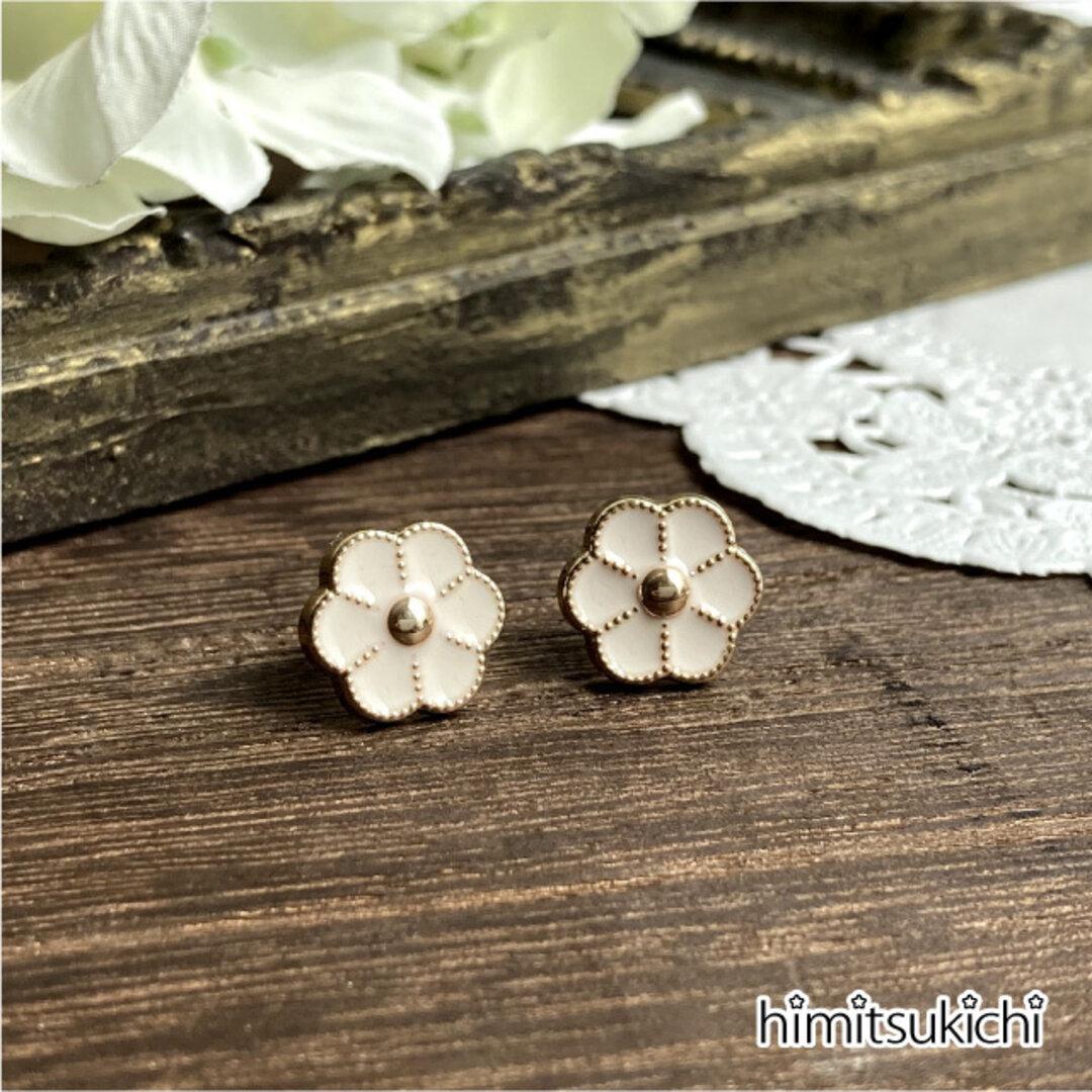 ホワイト×ゴールドの花のピアス・イヤリング