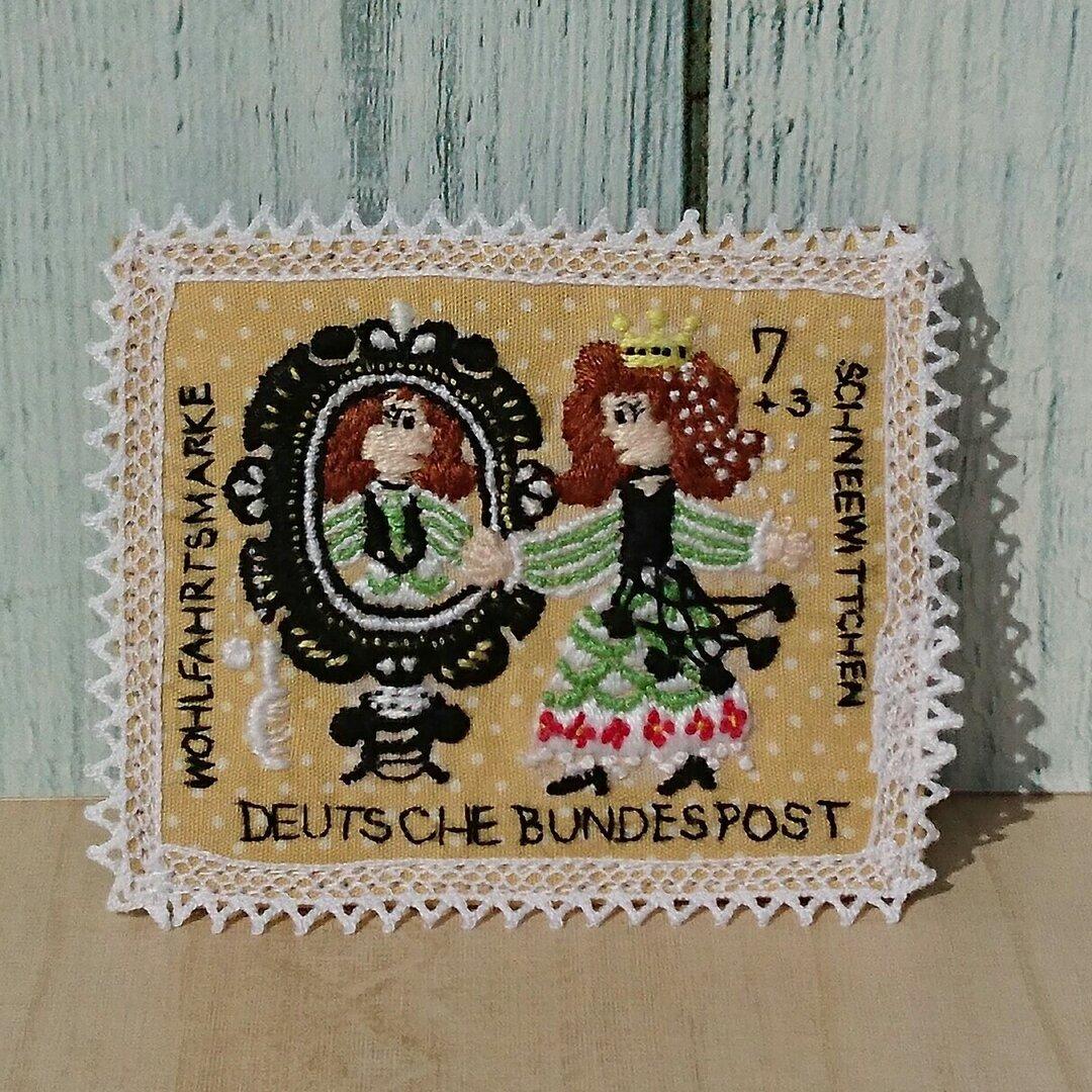 切手のような刺繍ブローチ