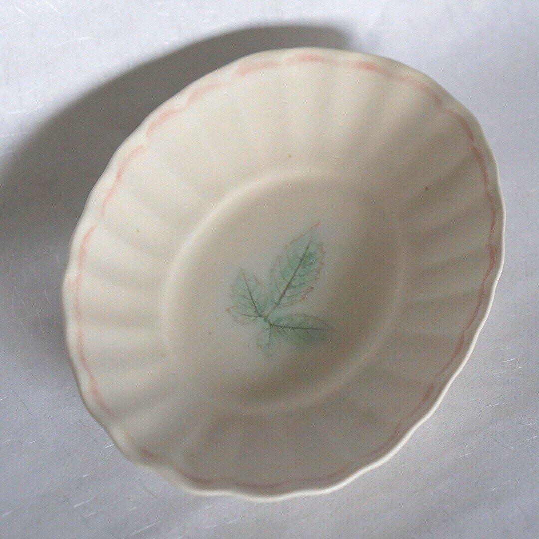 楕円皿 白 輪花 かわいい ナチュラル 作家 丹下郁 植物 ヤブガラシ