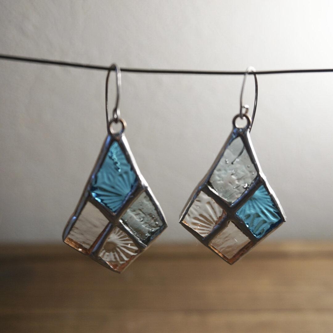ガラスのひし形ピアス ステンドグラス