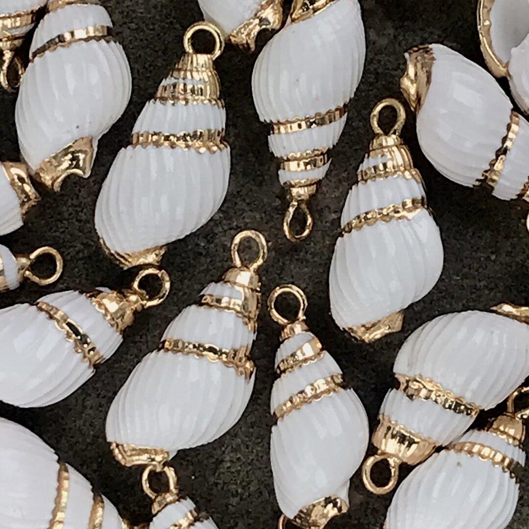 2個 シェル 巻き貝 貝 天然 チャーム ホワイト ゴールド カン付き 1カン 素材 パーツ
