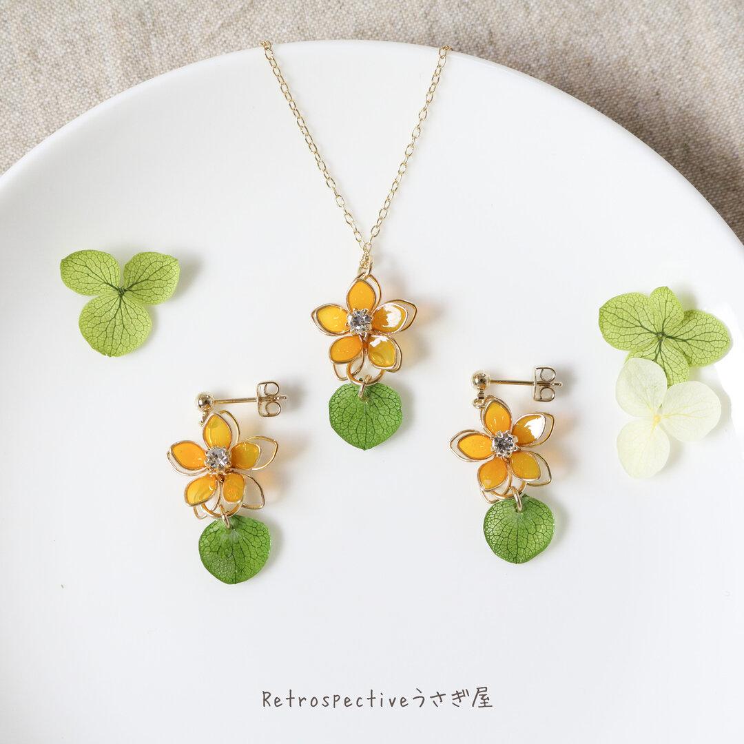 【送料無料】みかん色の花 ピアス・ネックレス セット
