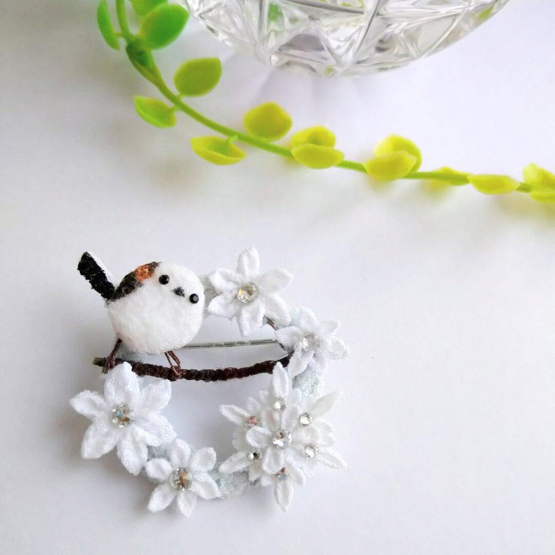 雪の妖精シマエナガちゃんと雪の結晶のリースブローチ