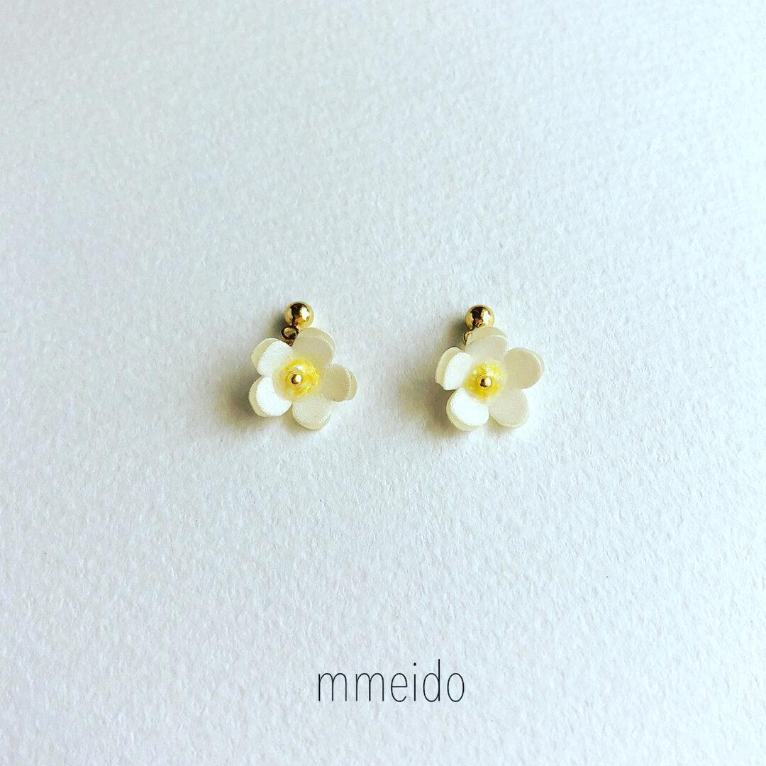 揺れる 苺の花 ピアス(ホワイト)