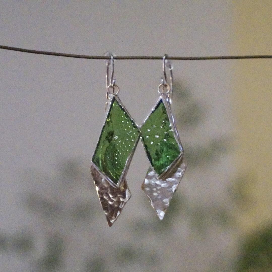 (再販)レトロなグリーンガラスと真鍮のゆらゆらピアス ステンドグラス