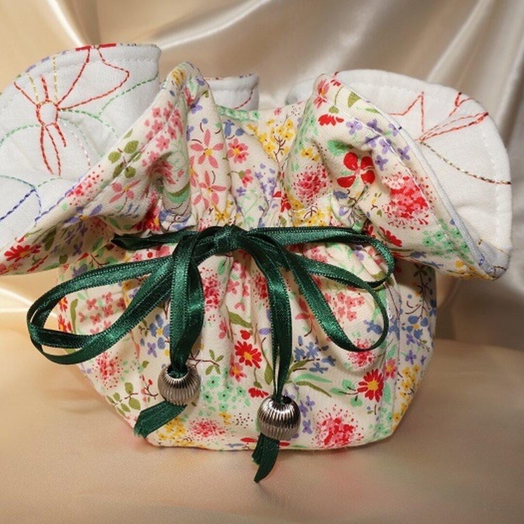 リボンと小花柄の生地で作った巾着型アクセサリートレイ【緑リボン】