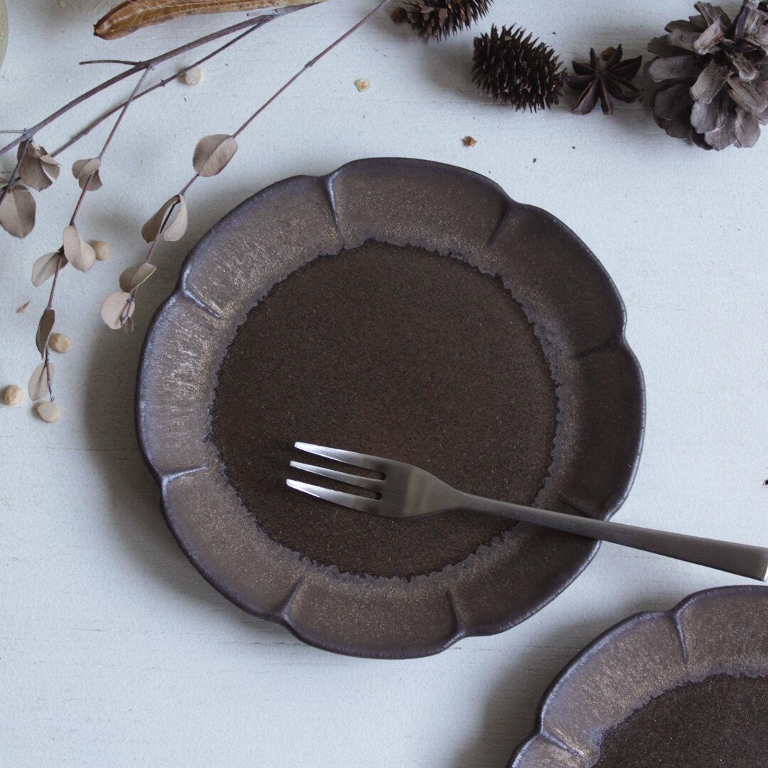 花の小皿 アンティークゴールド系と濃い茶系色 金属のような風合い 陶器