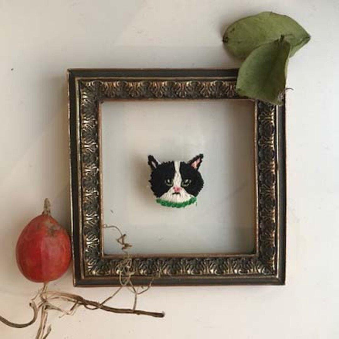 白黒ハチワレ猫の刺繍ブローチ