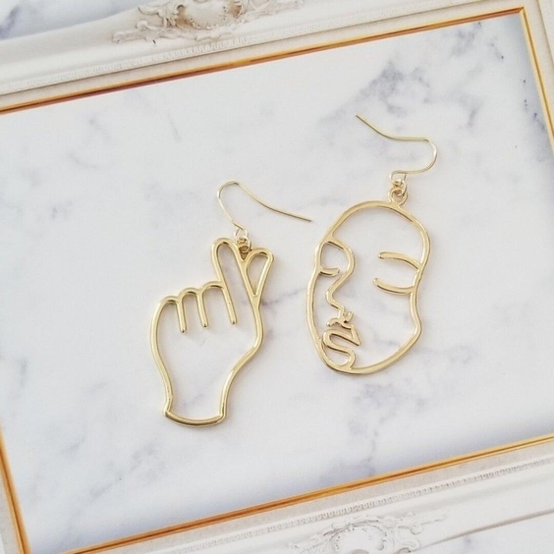 ゴールドのお顔とピースマークの手のピアス