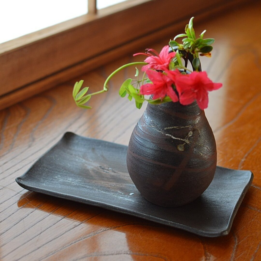 一輪挿し(手付き)/黒・焼き〆陶器