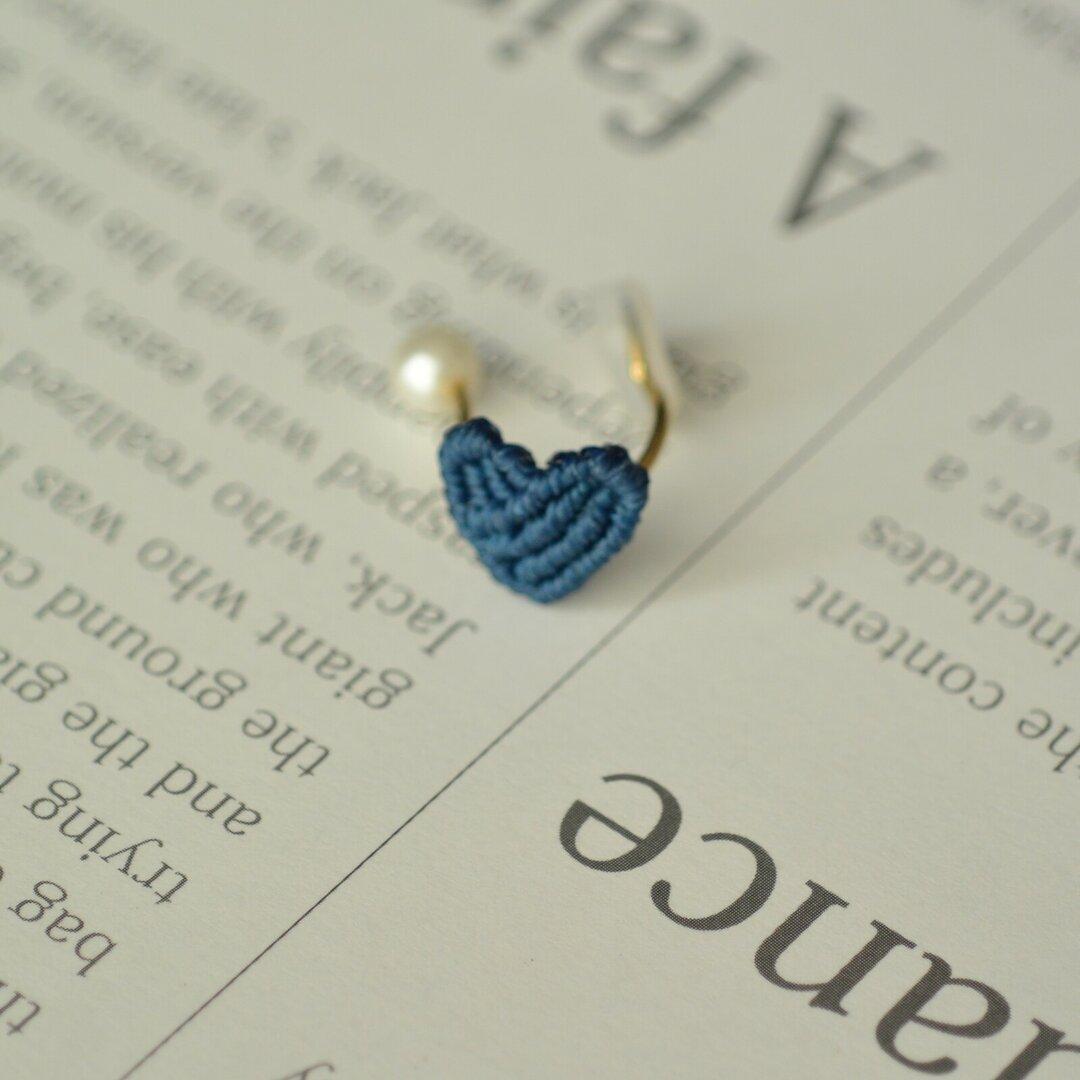 小さくて軽いワンポイントハートのイヤーカフ (青)左耳用