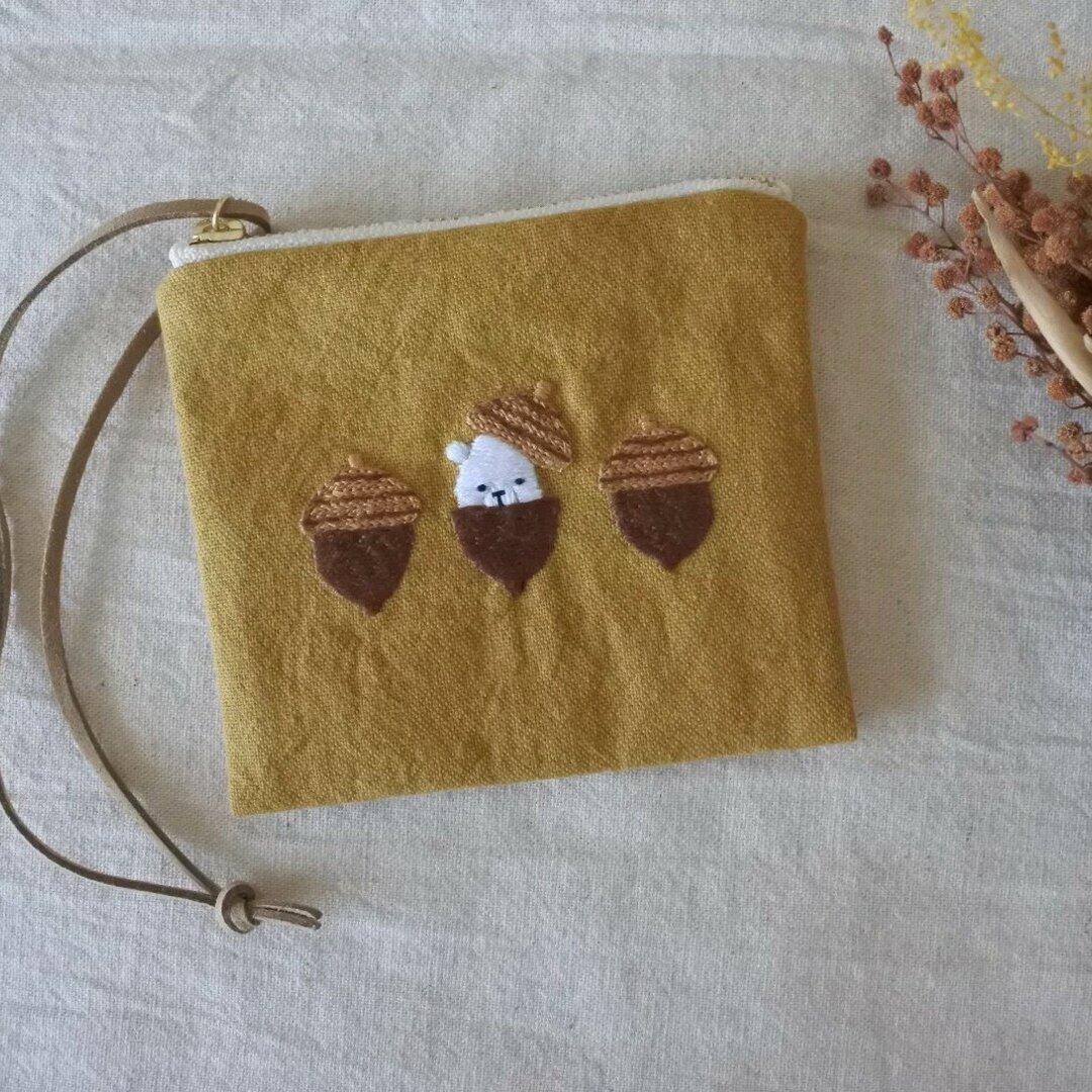 〈受注制作7日〉シロクマくんとどんぐり 刺繍 カードケース ファスナーポーチ