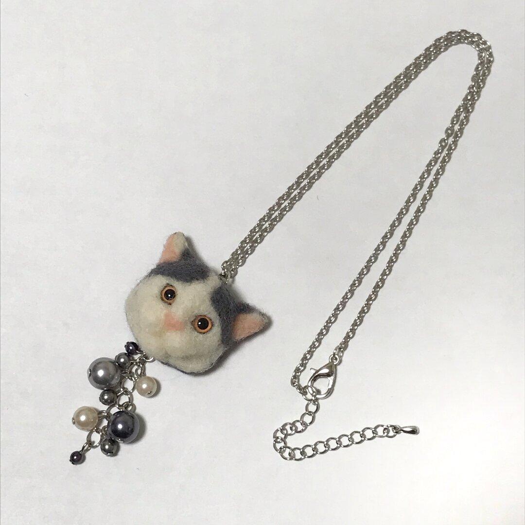 羊毛フェルト 猫ネックレス グレーぶち猫 パール