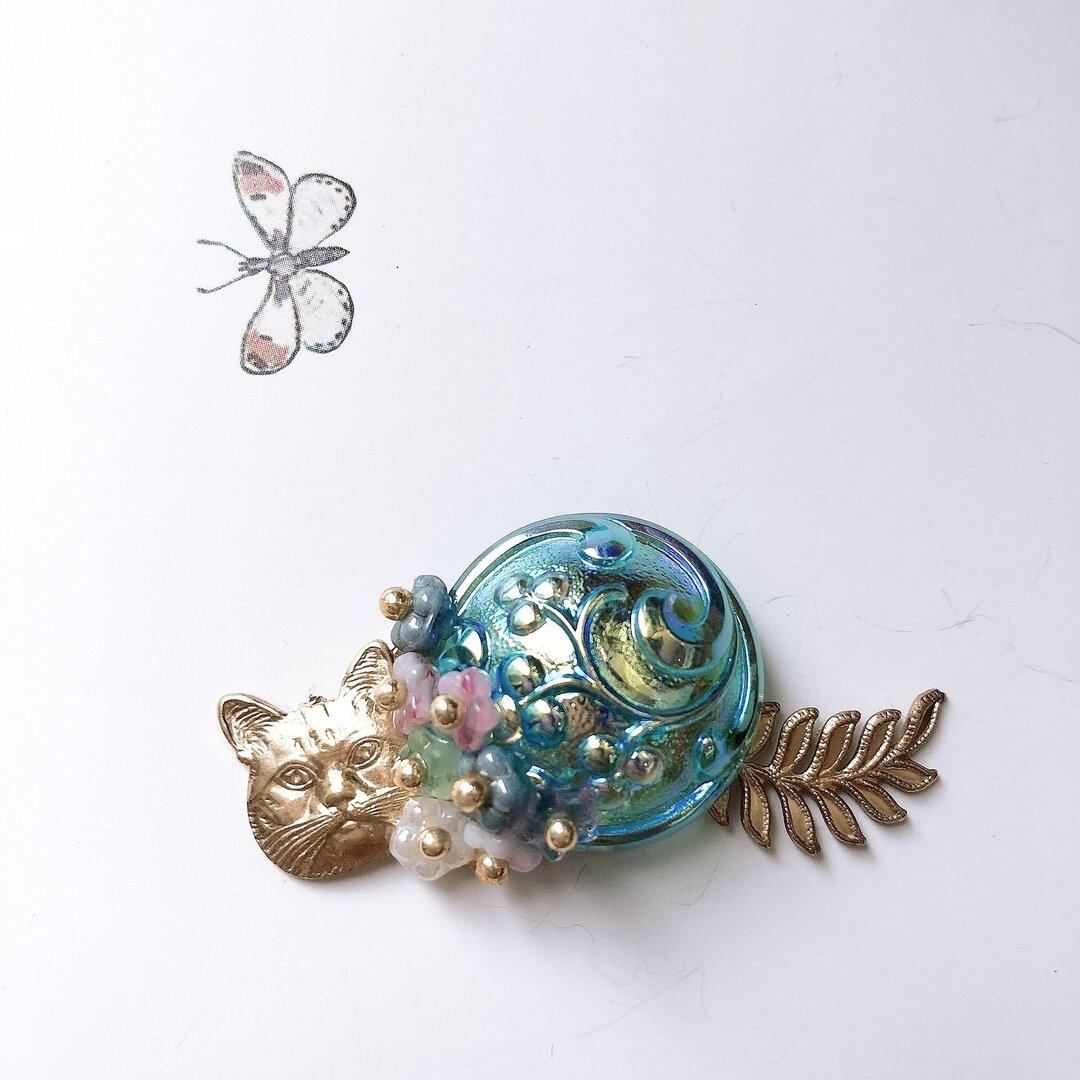 .。.:✽ 花ネコ ブルー ✽.。.: チェコガラスボタン ブローチ
