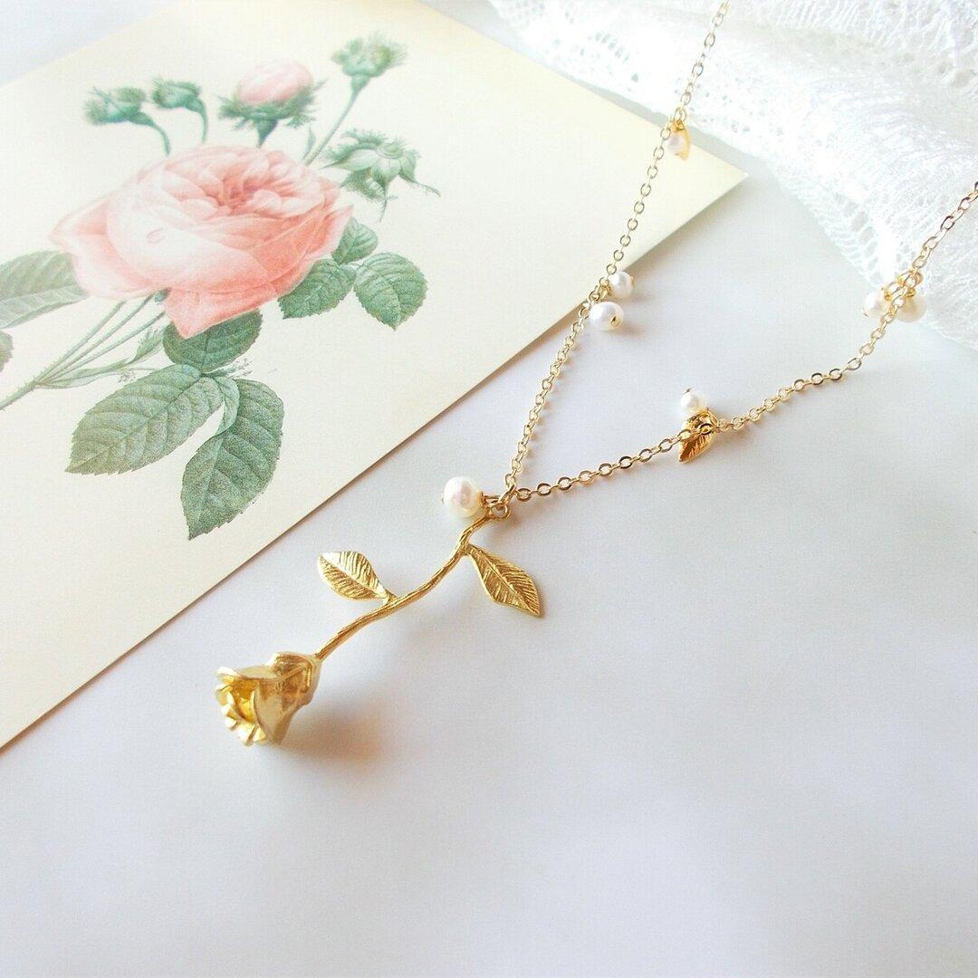 薔薇と淡水パールのネックレス