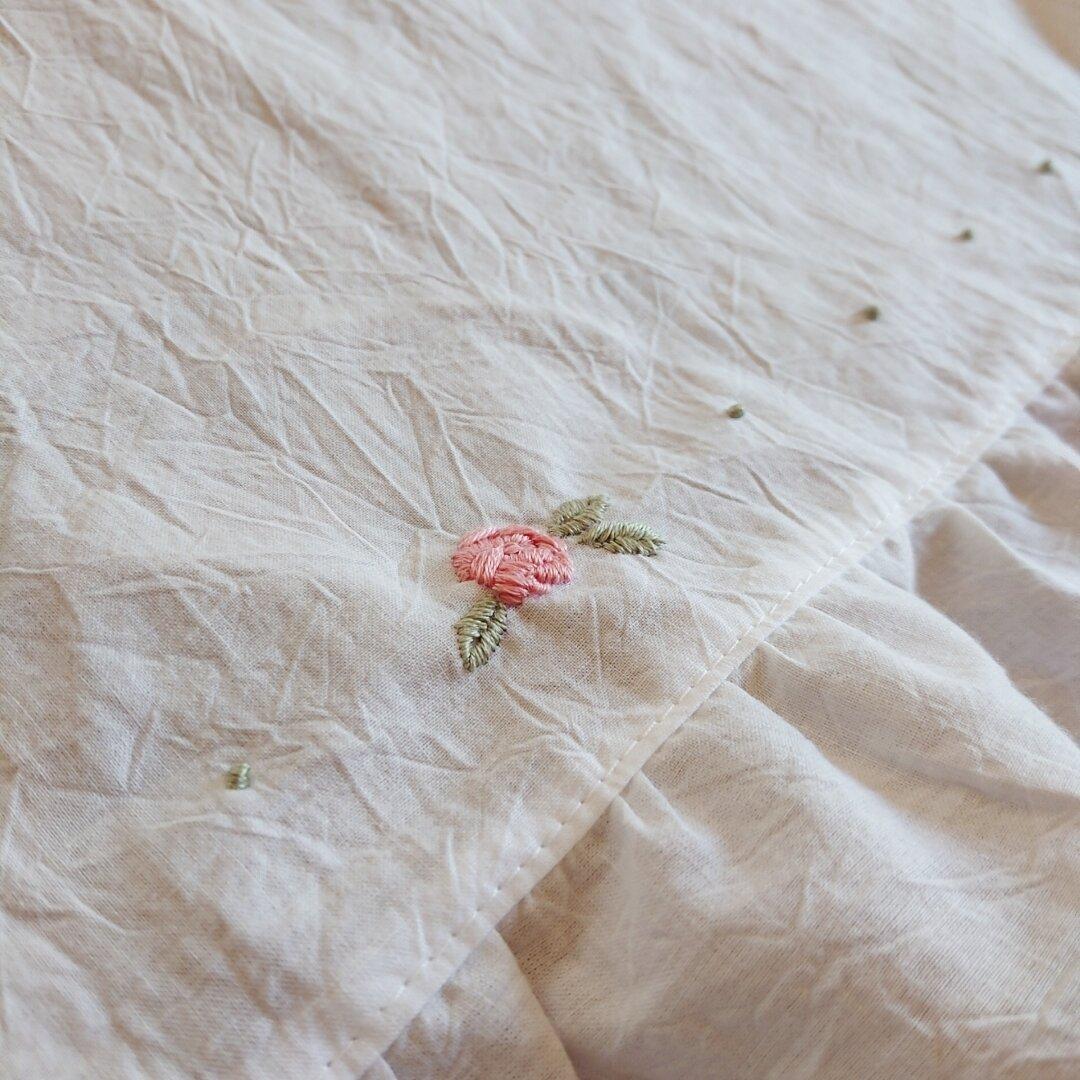 ホワイトコットン♪薔薇の刺繍の小さなフリルカフェカーテン 47cm×47.5cm