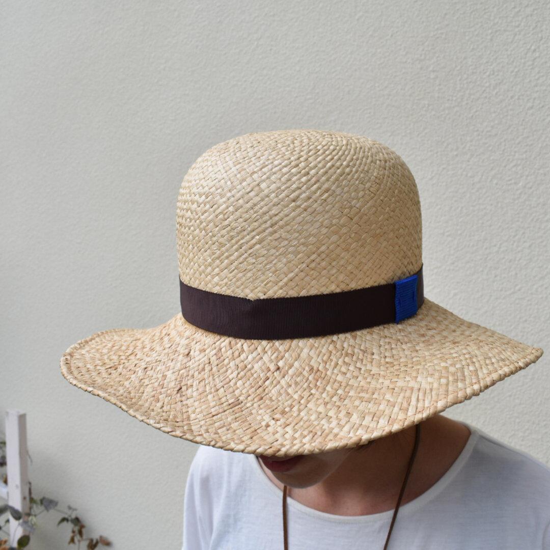 木型を使った丸型の麦わら帽子
