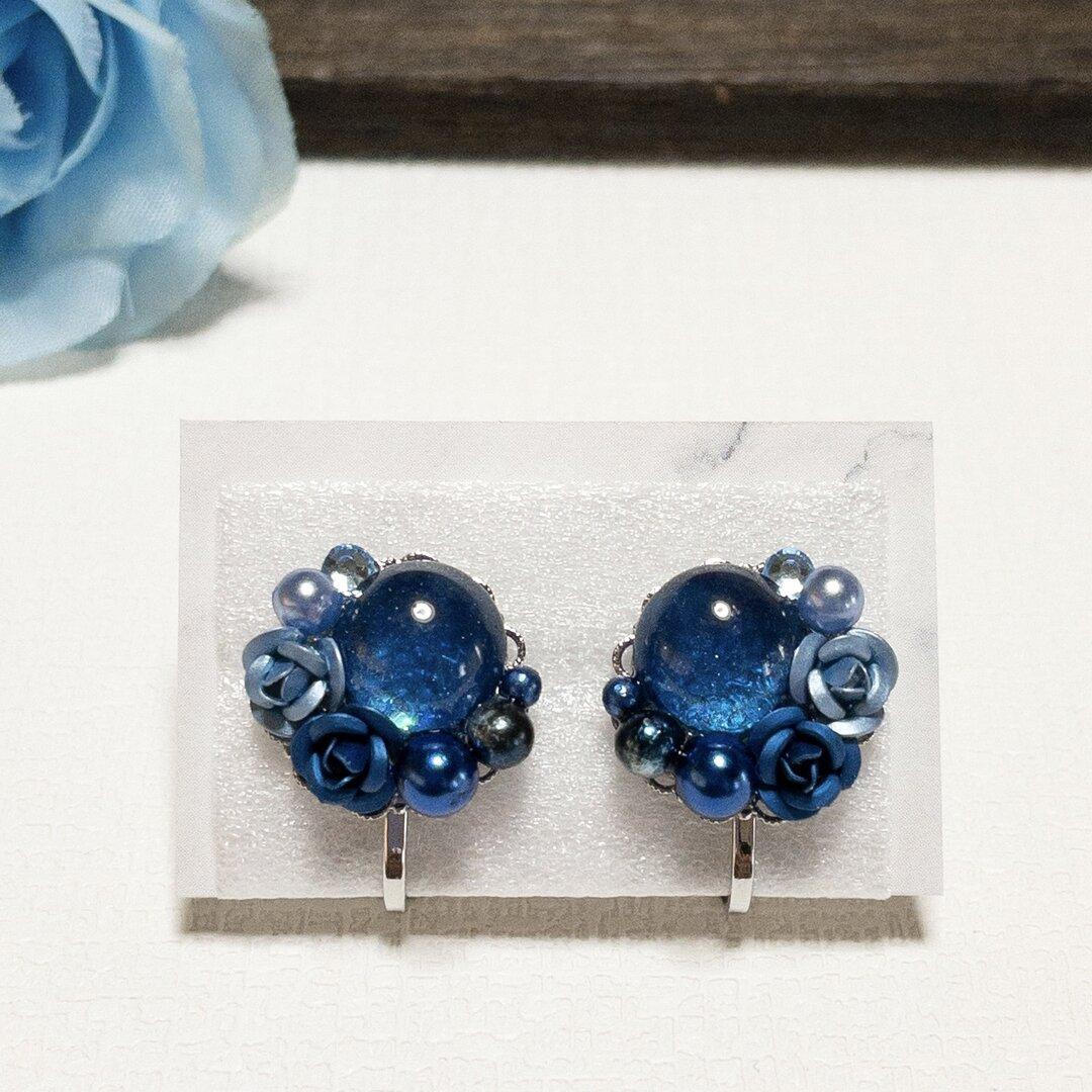 青い薔薇とカボションのイヤリング