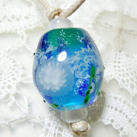 <夏の海のクラゲのとんぼ玉ネックレス> 海月 水母 海草 ガラス ひも