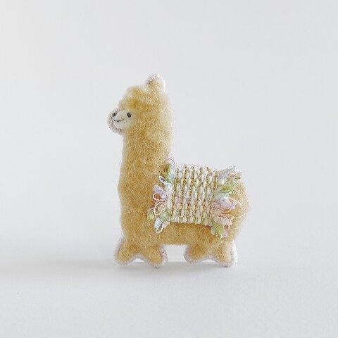 ルンルンアルパカブローチ beige × pastel ribbon[受注制作]