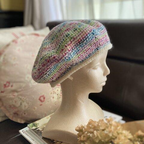 ミルキーレインボウ・カラーの大きめベレー帽