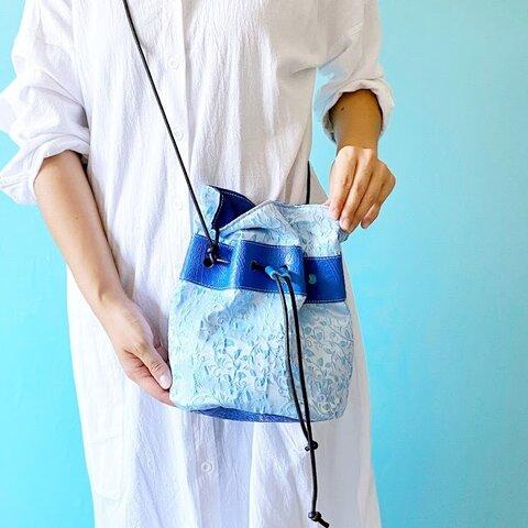 スタイリッシュブルー 巾着バッグ ファブリック ボタニカル ブルー & 牛革 ペイズリー ブルー