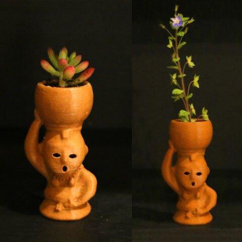 埴輪一輪挿し(水瓶で植物を育てる女性)
