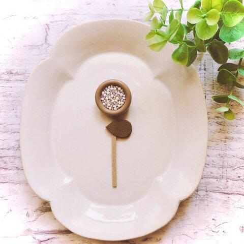 ブローチ 花のモチーフ カフェオレ