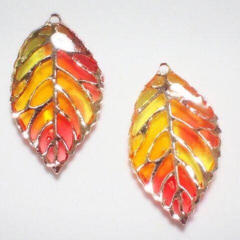 再々販☆ステンドグラス風の小さな葉っぱのピアスor イヤリング🍒 秋 グラデーション 夕焼け 紅葉 もみじ