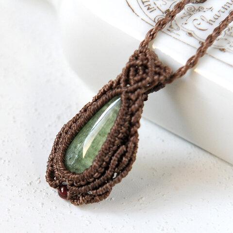 グリーンカイヤナイトのマクラメペンダントネックレス
