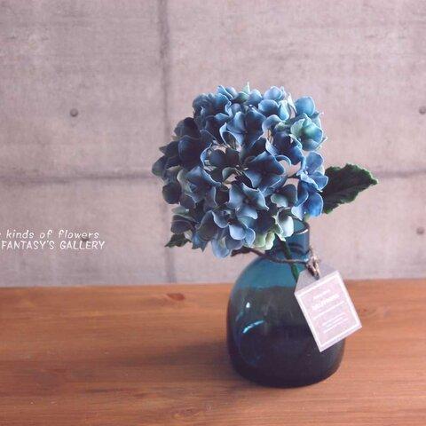 ◆粘土のお花◆ 秋色アジサイをシンプルガラスボトルに飾って・・・ブルーグリーン 高さ約23センチ A559