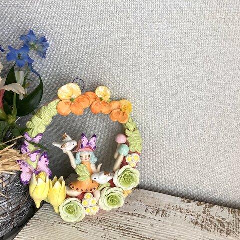 花の中の妖精が奏でる粘土製リース