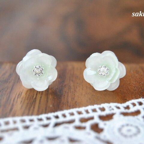 白い桃の花のピアス