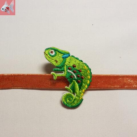 ◆カメレオンの刺繍帯留め飾り①