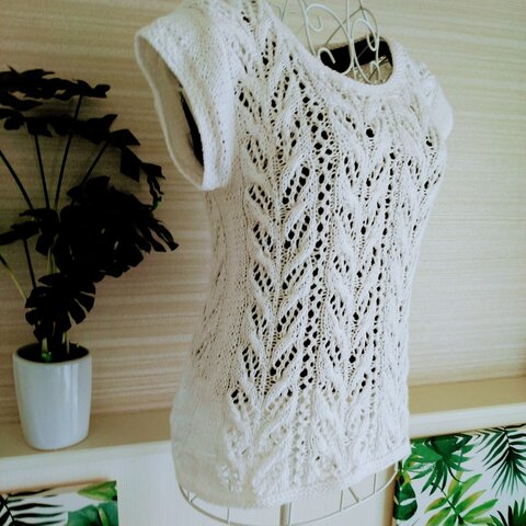 爽やかな白いサマーセーター
