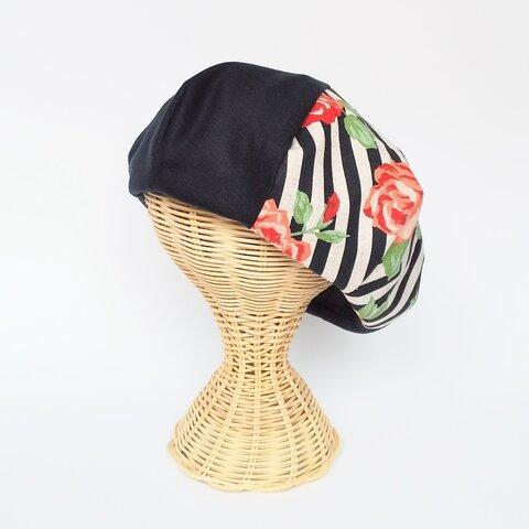 赤いバラが咲いた黒ベレー帽
