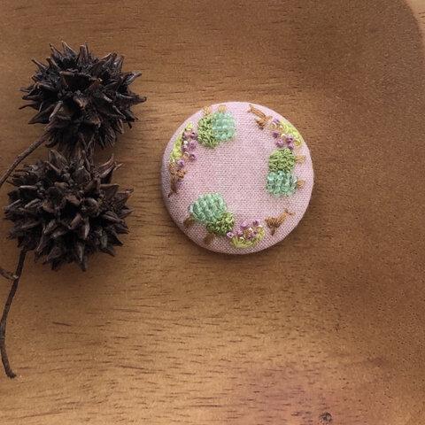 刺繍》 公園へお散歩(ブラウン犬×ラベンダー色のお花)ヘアゴム/ブローチ