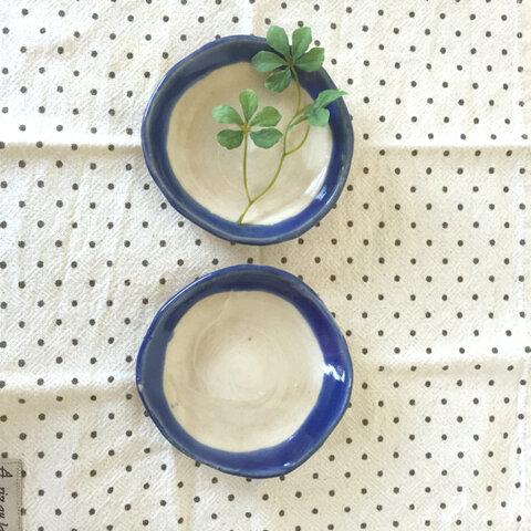 青色が鮮やかな使いやすい大きさの小皿