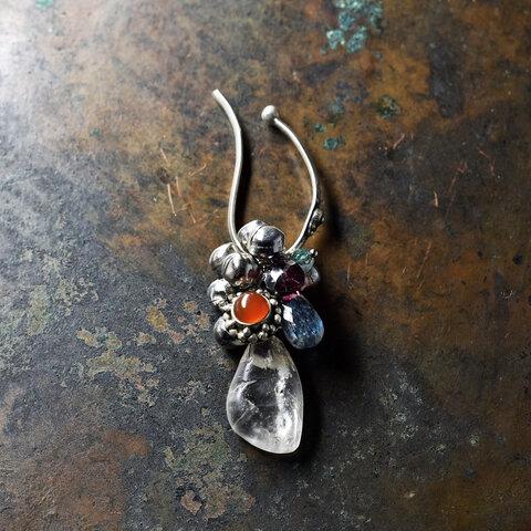 雫型古代水晶とシルバー枠カーネリアン、カイヤナイト、ガーネット、モスアゲートのインドシルバーイヤーカフ