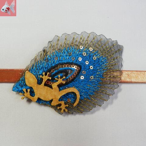 ◆クジャクの羽根とトカゲの帯留め飾り ライトブルー