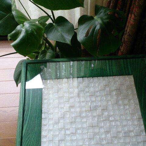 私のきれいな緑の木目とモザイクタイルのテーブル