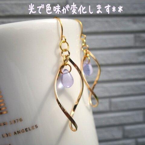 ★光源変化ピアス★ 水色 透明 紫 ひねり ゴールド