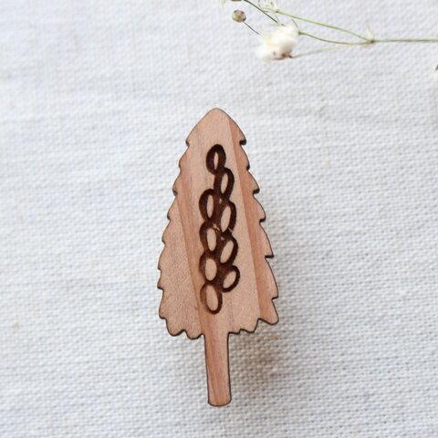 杉の木のブローチ