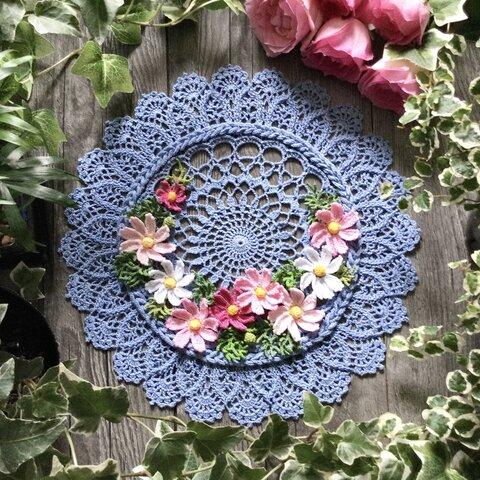 レース編みのドイリー・コスモスの咲く窓辺   直径 28 cm