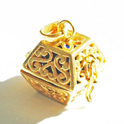 ★送料無料★[GOLD K24RGP]ハート模様のスクエア型 の中身が取り出せる純金コーティングペンダント(アズライト)★香水を染みこませたコットンを入れても素敵です★